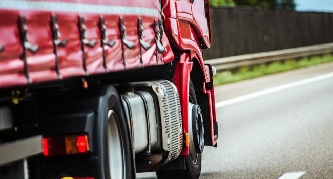 Caminhão vermelho na estrada